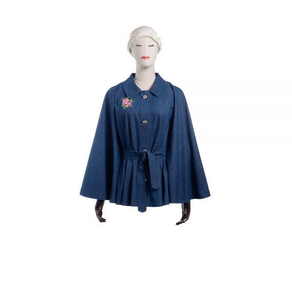 KIRJA - mittelblaues Jeanscape mit floraler Stickerei - Vorderansicht mit Gürtel