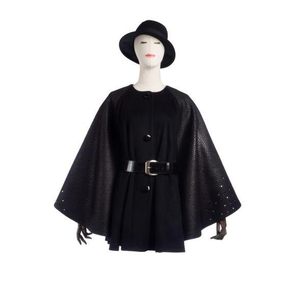 SERENA - schwarzes Cape mit dekorativen Ärmeleinsätzen - Vorderansicht mit Gürtel